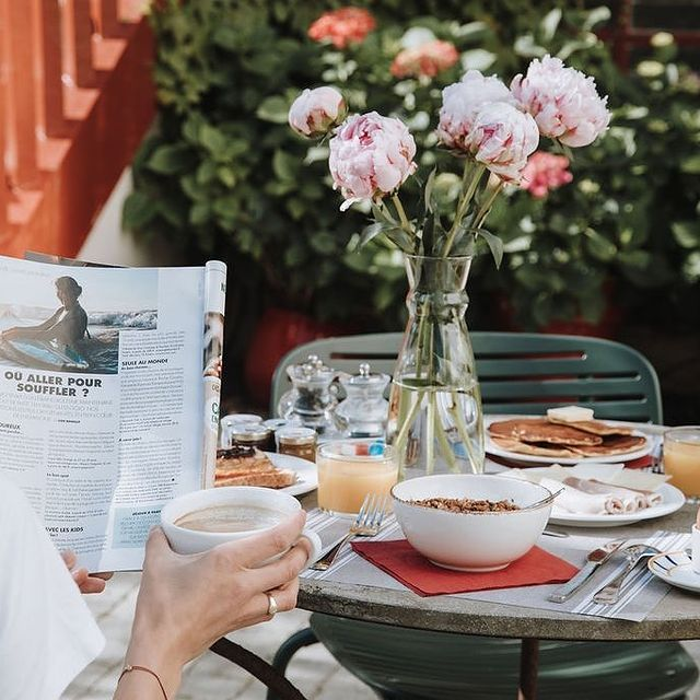 Ils parlent de nous ! Nous sommes fiers d'avoir été cité dans @ellefr comme l'un des endroits pour souffler et s'évader près de l'océan en France ! Retrouvez cet article et notre revue de presse sur le lien dans notre bio 🔝 🗞 . . Did you know ? We've made it to @ellefr as a good spot to escape for a getaway by the ocean! Check the link in our bio for the full spread in the magazine and other good papers too! 📰  #SaintJulienBiarritz #GintoHotels