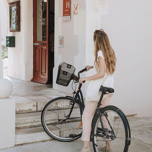 En selle 🚲 ! Explorez Biarritz en vélo grâce à notre partenaire local @homieboards et profitez de tarifs exclusifs pour la location de vélos classiques ou electriques. Plus d'informations à la réception!  .  .  Saddle up 🚲! Explore Biarritz by bike with our local partner @homieboards: take advantage of special rates to rent a classic or e-bike! More information at our reception desk !  #SaintJulienBiarritz #GintoHotels