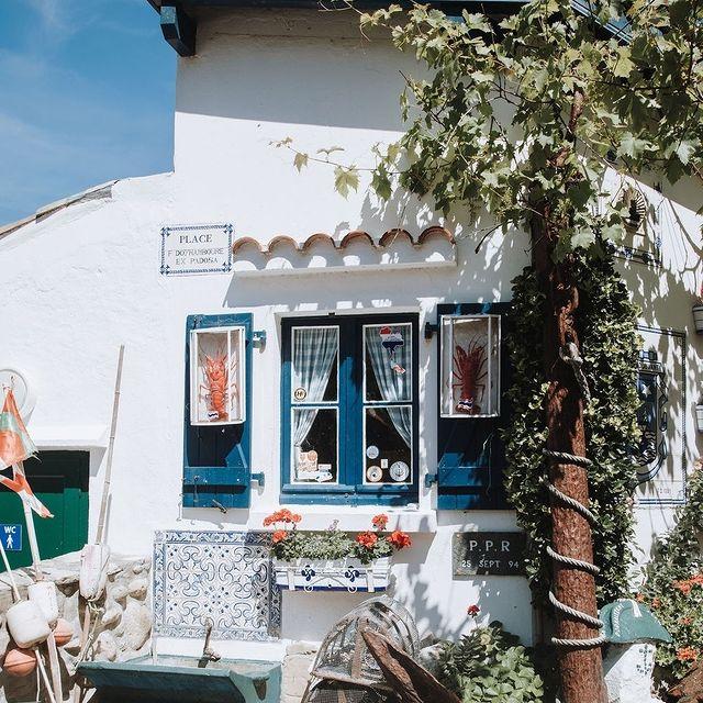 Bienvenue dans un village dans la ville! Connaissez-vous les crampottes ? Situées au Port des Pêcheurs, ce sont des petites cabanes de pêche aux volets colorés.  . .  Welcome to a village in the city! Do you know 'les crampottes'? Located at the Port des Pêcheurs, they are small fishing huts with colorful shutters.  #biarritz #biarritzsurf #biarritztourisme #beachtown #atlanticocean #basquecountry #food #markets #freshfood #foodmarkets #hallesdebacalan #photography #travel #travelgram #travelphotography #france #summerineurope #photooftheday
