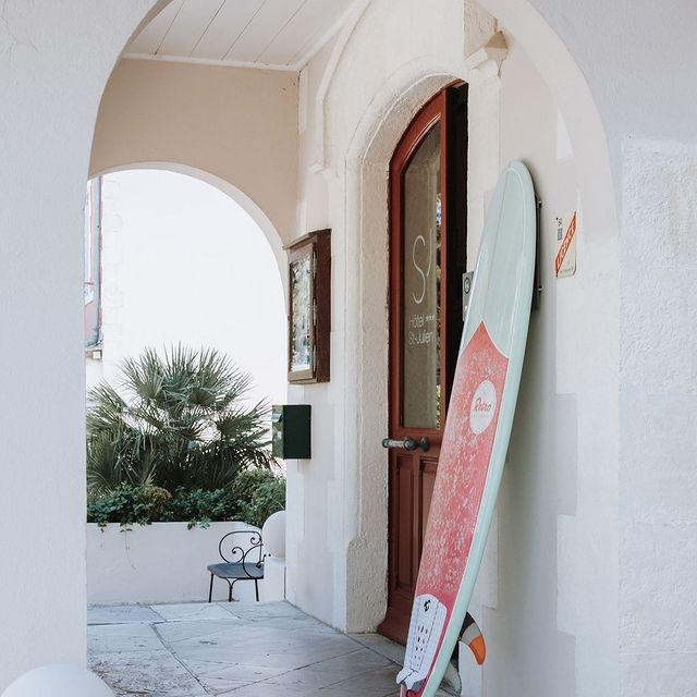 Vous avez oublié quelque chose ? Pas d'inquiétude, notre partenaire local @homieboards peut vous faire bénéficier de tarifs préférentiels pour réserver une planche de surf. Plus d'informations à notre réception ! . . Forgot something ? No worries, our local partner @homieboards can hook you up with preferential rates to book a surfboard for your ocean adventures. More information at our reception desk !  #SaintJulienBiarritz #GintoHotels #Surf #surfboards  #SummerinBiarritz #Biarritztourisme #biarritzsurf