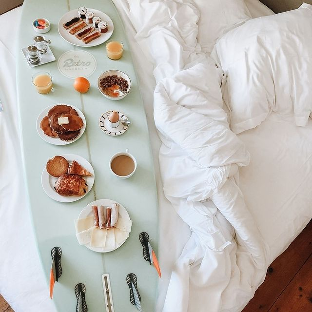 Un petit déjeuner dont nous pouvons nous accommoder 🥐 . . There's room service and then there is Surf-service: a breakfast set - up we can get use to 🥐  #SaintJulienBiarritz #GintoHotels