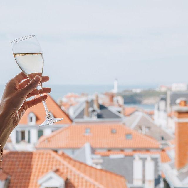 Admirer à l'horizon avec un verre de vin local à la main. Saviez-vous que le @saintjulienbiarritz est à quelques pas de l'une des meilleures caves de la ville @artnoa ? . . Contemplating everything on the horizon with a glass of local wine in hand. Did you know the @saintjulienbiarritz is just a short walk away from one of the best cellar in town @artnoa?  #SaintJulienBiarritz #GintoHotels