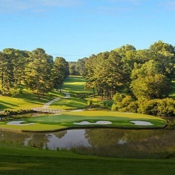 Designed by architect Bljord Ericksson, Hôtel Saint-Martin's Forges Golf Course offers 3 courses, each with 9 holes, at various difficulties, welcoming both beginners and experienced players. Sitting on 110 hectares of green nature surrounded by ponds and lakes, the course even offers a driving range, putting green, training bunker, changing rooms, club house, pro-shop and restaurant!