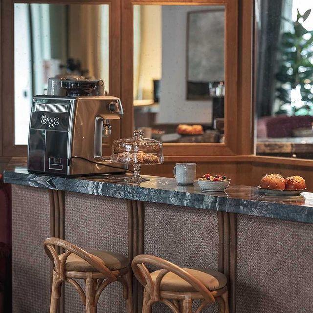 Niché derrière une grand vitrine escaladée de lettres d'or, le coffee shop du Sookie est incontestablement l'un de ses meilleurs atouts. -  Nestled behind a large, gold-lettered window, the Sookie's coffee shop is undoubtedly one of its best features.  #6letters #hotelsookie #alldaylong #coffeeshop #parisianhotel #parislemarais