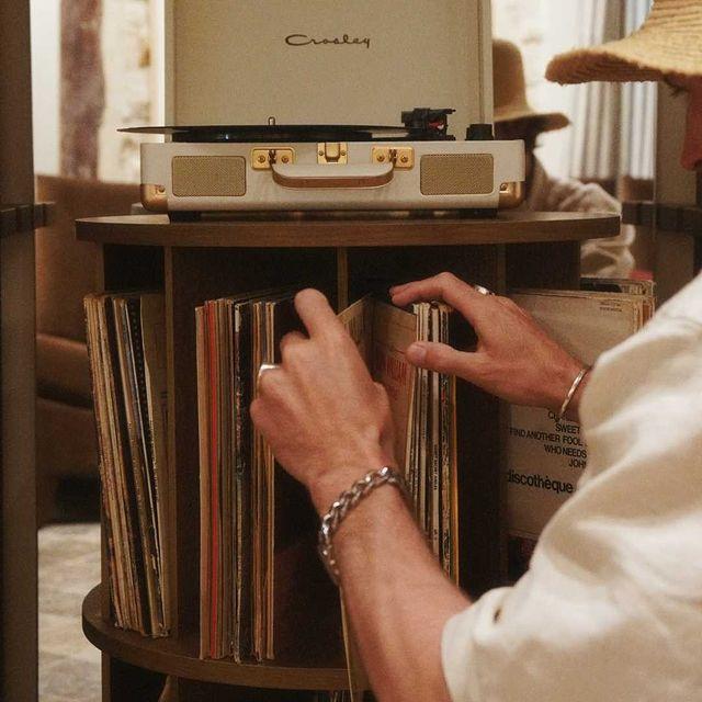 Trouvez votre rythme à l'@hotelsookie 🎶 - Find your rhythm at the @hotelsookie 🎶  📸 : @sandystadelmann   #sookiesookie #coffeeshop #parislemarais #vintage #interiordesign
