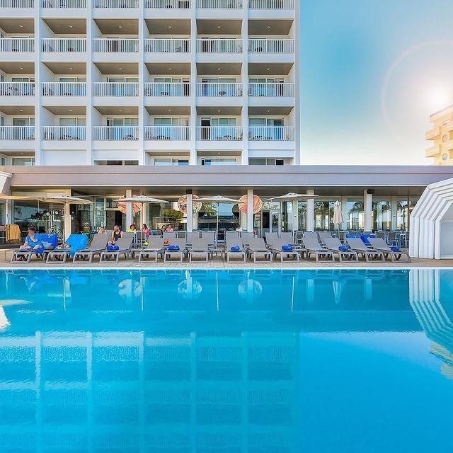 O Algarve continua a ser o seu destino de férias preferido? 😎 Aproveite os últimos dias de setembro e usufrua de banhos de sol e tardes de piscina num dos nossos hotéis 👉 https://bit.ly/3tSGxF1