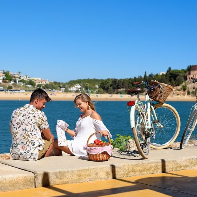 For those who don't want to break the rhythm of a walk in the most emblematic places of the Algarve, we prepare a picnic with unique regional tastings. Whether on the beach, on the river or in the countryside, the Algarve has idyllic settings for a picnic for two. The Jupiter Marina Hotel - Couples & SPA team prepare your basket and help you choose the ideal place to extend your towel and enjoy a delicious meal.  Choose one of the picnic options suggested by the Jupiter Marina Hotel - Couples & SPA team and surprise.   B