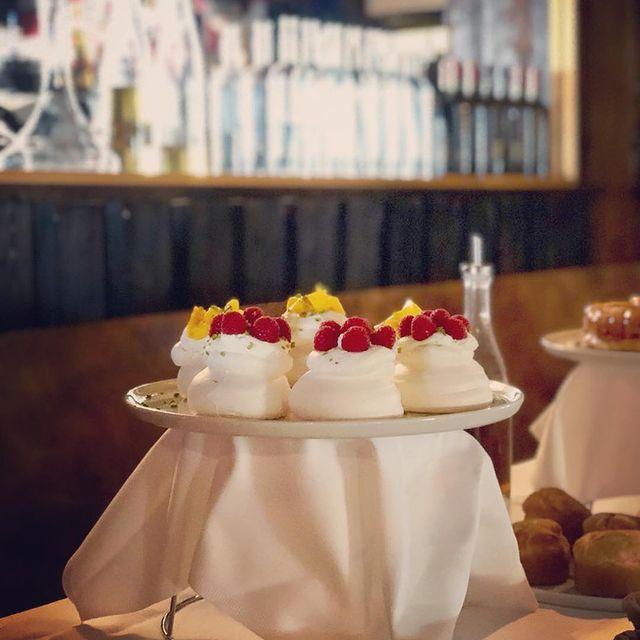 #lacasserole#Куршевель#courchevel#sugartime#pavlova#sweetandwhite#rasberry#mango#homemade#зима#dessert#десерт#whipped#cream#Noémonhéro#sooooooogood#cometoeatme#justeunefois#павлова#yummy#miam#tasty