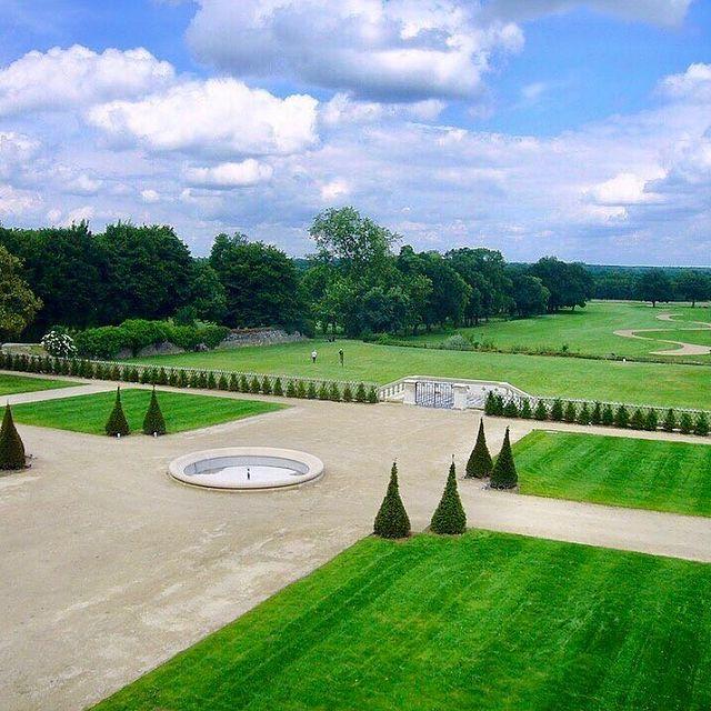 A proximité immédiate d'Angers et de Terra Botanica, le Golf Bluegreen d'Avrillé s'étend autour du cadre prestigieux du Château de la Perrière. #younancollection #châteaudelaperrière #ycmoments  • • • #golf #golflife #golfswing #golfstagram #golfcourse #golfr #golftips #golfcart #golfer #frenchgolf #golfcoach #golflesson #18holes #france #frenchchateaux #historicalmonument #golfcourses