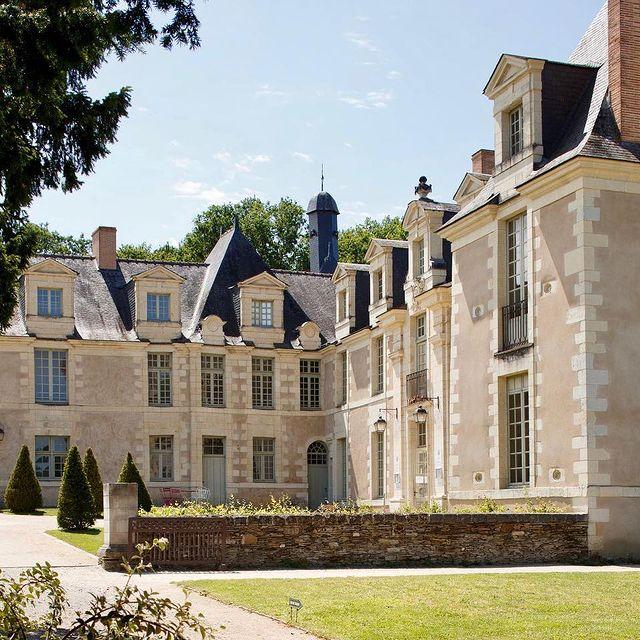 Situé en périphérie de la vallée de la Loire, et aux portes de la ville d'Angers, siège médiéval de la dynastie des Plantagenê, la Perrière Château & Golf est à proximité de nombreux points d'intérêt touristiques. #younancollection #châteaudelaperrière #ycmoments  • • • #avrillé #golf #golflife #golfstagram #eventplanner #event #eventdecor #eventvenue #venue #historicalmonument #eventorganizer #weddingvenues #venuedecor #luxurylifestyle #chateau