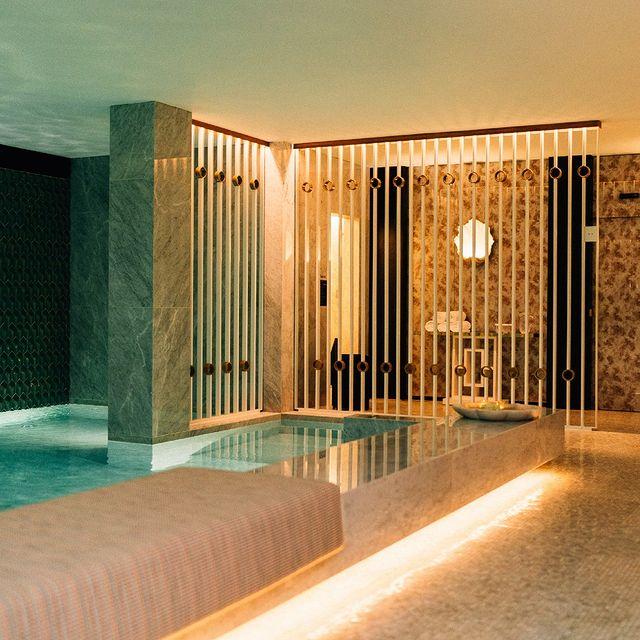 A piscina interior do NUXE SPA perfeita em todas as estações do ano.  The NUXE SPA's indoor pool is perfect for all seasons.  #maisonalbarhotels #fivestar #porto #hotel #travel #portugal #monumental #casuallyluxurious #bestintravel #weekend #lifestyle #travelblogger #love #hotelife #beautifuldestinations #lemonumentalpalace