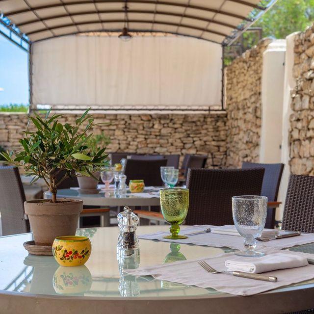 🇬🇧 Taste the season and the best products of the Luberon region at @chef.xaviermathieu's bistrot Le Café de la Fontaine 🍽 Short menu from 12€ to 30€ 🥗 . 🇫🇷 Le Bistrot le Café de la Fontaine au Phébus est de nouveau ouvert au déjeuner et au dîner 7/7 aux clients de l'hôtel et de l'extérieur dès le 9 juillet prochain 🎉 • • #onatousbesoindusud #lephebus #xaviermathieu #bistrot #chefbistrot #frenchchef #foodlover #deliciousjourneys #relaischateaux #luberon #provence #southoffrance #relaischateauxsudfrance
