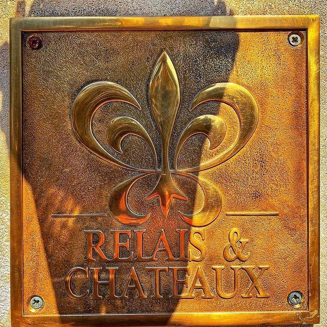 Joyeux Anniversaire @relaischateaux !   Ce même jour en 1954, huit hôteliers et chefs indépendants de France ont créé l'association RelaisChateaux en unissant leurs forces pour promouvoir leurs différents établissements – tous dotés d'un charme unique, mais partageant des valeurs communes.  Depuis ces modestes débuts, Relais & Châteaux s'est développé au point de compter désormais 580 hôtels et tables d'exception dans plus de 60 pays, et nous sommes fiers d'en faire partie.   Aujourd'hui, nous tenons à célébrer l'héritage, la passion et l'authenticité des membres Relais & Châteaux, mais aussi à remercier nos clients pour le soutien que vous nous avez témoigné tout au long d'une année aussi difficile.   Nous sommes impatients de vous accueillir à nouveau bientôt au Phébus !   #relaischateaux #relaischateauxfamily #strongertogether #ournewjourneys #deliciousjourneys #OnATousBesoinDuSud