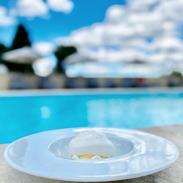 Se rafraîchir au bord de la piscine avec l'Espuma de Citron du Café de la Fontaine 🍋☀️  Connaissez-vous notre offre Lunch & Spa ?  👉🏼 Déjeuner au restaurant Le Café de la Fontaine et accès au Spa demi-journée : 50€  👉🏼 ou Accès au Spa et massage 20mn : 50€   Contactez-nous au 04 90 05 51 31 pour + d'infos et réservation 💦  • • #lemon #dessert #citronmeringué #onatousbesoindusud #lephebus #xaviermathieu #bistrot #cafedelafontaine #joucas #cetetejevisitelafrance  #locavore #luberon #poolday #piscine #hotellife #bistrotduchef #bonneadresse #luberoncoeurdeprovence