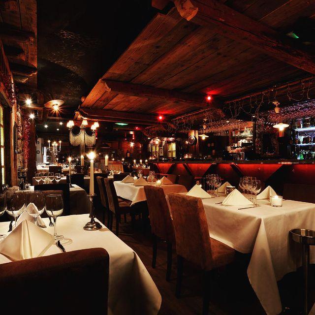🍷 Comme à la maison !  Le Bal est un restaurant convivial et cosy où l'on se sent comme à la maison et dans lequel chaque soir est une fête. Guitou est prêt à tout pour vous faire passer des soirées inoubliables : cuisine gourmande et pleine de saveurs, vins et champagnes sélectionnés, musique et ambiance de folie, il ne manque plus que vous ! Au menu, de nombreux plats variés et des spécialités incontournables concoctées avec des produits frais et de saison.  @le_bal_courchevel   ☎ +33 (0)4 79 08 13 83  🌐 www.maisontournier.com  ✉ bal@maisontournier.com  #lebal #bal #maisontournier #maisontournierstyle #courchevel #courchevel1850 #thisiscourchevel #theplacetobe #party #areyouready #lebalcourchevel #guitouforever #restaurant #goodfood #gooddrinks #goodmusic #goodpeople #food #foodporn #bar #dinner #foodlover #foodstagram #wine #party #cocktails #chateaudebacchus