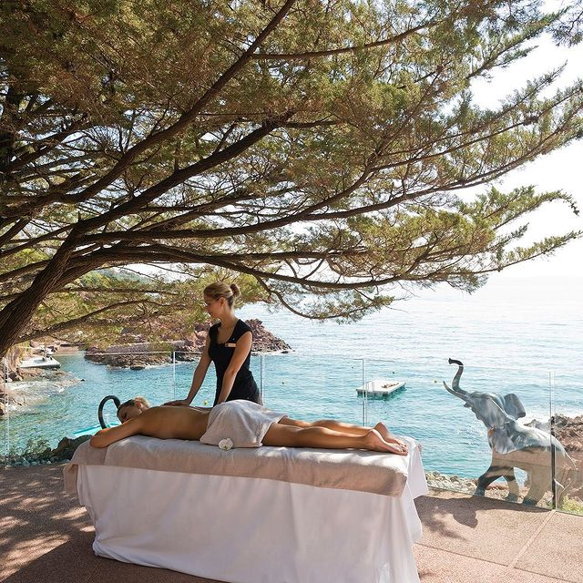 Nous réservons à nos clients des moments d'exception comme ce soin apaisant et envoûtant au bord de la Méditerranée. • We have some exceptional experiences in store for our clients, such as this soothing, spellbinding care treatment on the shores of the Mediterranean.  #MiramarBeachHotel #TheouleSurMer #FrenchRiviera #SmallLuxuryHotels #BoutiqueHotel #SpaLovers #MassageWithAView