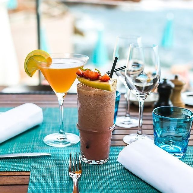 Le soleil ardent de la Côte d'Azur, les cocktails fruités et colorés du MoYa beach : n'est-ce pas là que vous vous imaginez cet été ? • The blazing sun of the Côte d'Azur, and MoYa beach's fruity, colorful cocktails: isn't that where you can see yourself this summer?   #MiramarBeachHotel #SmallLuxuryHotels #TiaraHotels #TheouleSurMer #VisitEsterel #thebestofcotedazur #BeautifulDestinations #SecretEscapes #cocktails #bar #drinks #bartender #mixology #cheers