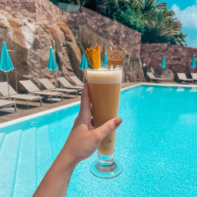 Notre passe-temps de prédilection : apprécier un cocktail fruité les pieds dans l'eau.  ——  Our favorite past-time: enjoying a fruity cocktail right by the water.  #MiramarBeachHotel #SmallLuxuryHotels #TiaraHotels #TheouleSurMer #Cheers #FrenchRiviera #Visitotedazur #LeSud #Summeressential #TakeMeThere #Cocktailoftheday #Capturedmoments #VacationMood #Drinkwithaview #Drinkstagram #poolsidevibes #poolgoals #cocktailgram #cocktailhour #instacocktail