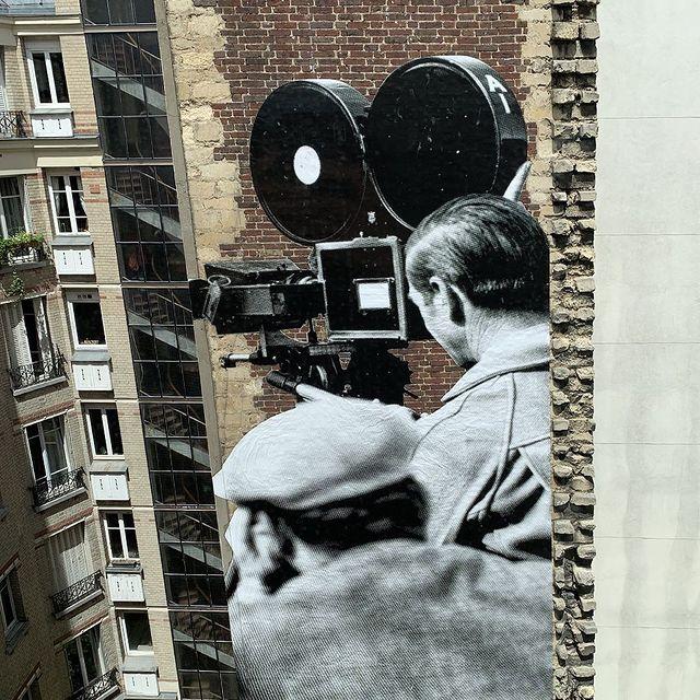 @jr nous fait l'honneur d'exposer face aux chambres de l'hôtel une nouvelle oeuvre monumentale. Tirée d'une photographie de tournage de Charlie Chaplin, cette oeuvre inédite fait écho à celle déjà présente sur l'autre face de l'immeuble. Ces deux réalisations sont visibles seulement depuis les chambres de l'Hotel Paradiso 👀  🎥 Réservez votre chambre avec vue sur les oeuvres de JR : lien dans la bio de notre compte @mk2hotelparadiso  --  @jr treats us to a new monumental artwork ! Derived from a Charlie Chaplin's shooting photograph, this original work echoes the one already present on the other side of the building.   🎥 Book your room with a view of JR's works: link in bio @mk2hotelparadiso  #mk2HotelParadiso #CinemaHotel #HotelParadiso #JR #CharlieChaplin