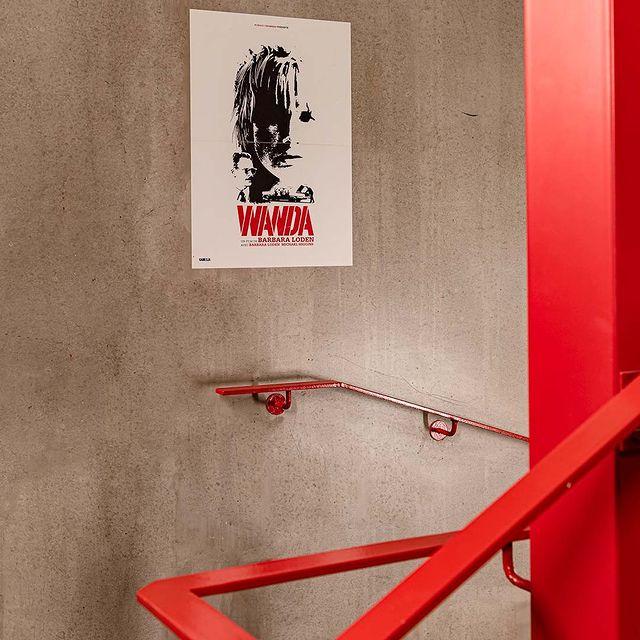 "Trésors et curiosités du cinéma à explorer à chaque étage de @mk2hotelparadiso. Ici, ""Wanda"" l'inclassable film féministe de Barbara Loden. 🟥  #mk2HotelParadiso #CinemaHotel #HotelParadiso #HotelFloor #DesignHotel #Wanda"