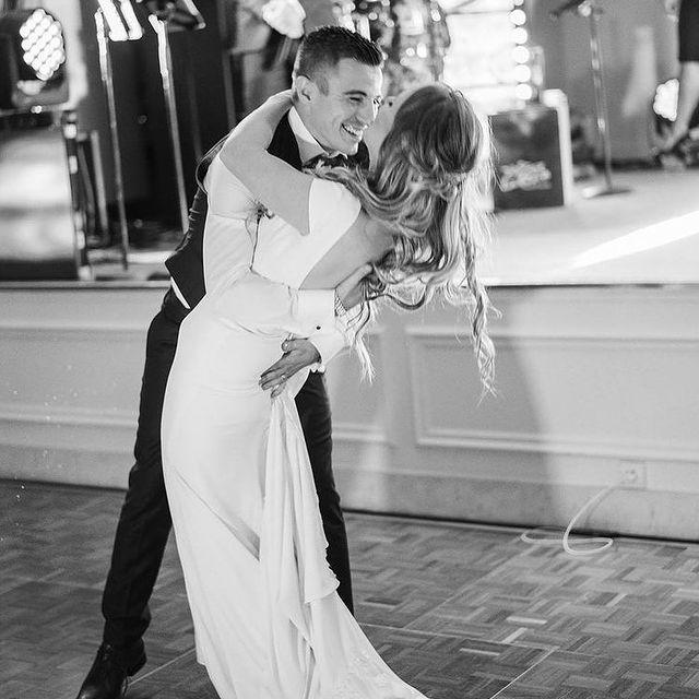 Emouvant souvenir d'un mariage au Château Hôtel Mont Royal Chantilly. • A touching memory of a wedding at the Château Hôtel Mont Royal Chantilly.  📸@az.clic  #TiaraHotels #CareWhereYouStay #OiseTourisme #Chantilly #MontRoyalChantilly #LuxuryHotel #WeddingPhotography