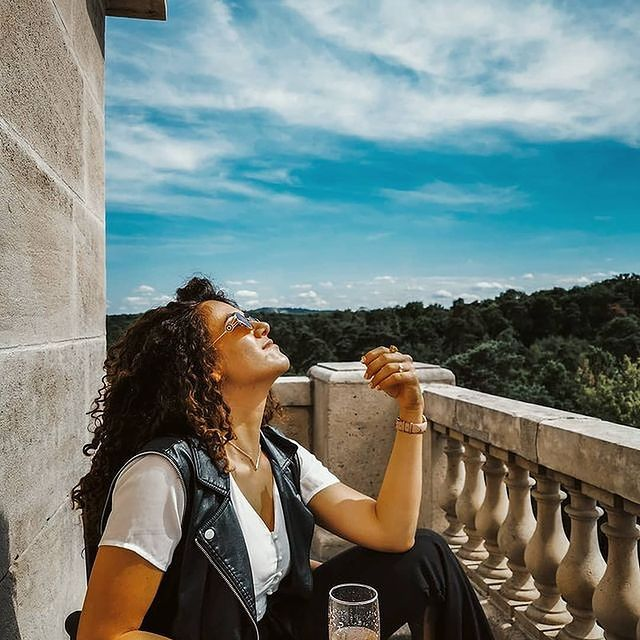 En attendant la réouverture... on s'imagine volontiers sur une terrasse à apprécier les bienfaits du soleil... • While waiting for the hotel to reopen... you can easily picture yourself on a terrace enjoying the benefits of the sun...   📷 @travelaroundherworld  #TiaraHotels #CareWhereYouStay #OiseTourisme #Chantilly #MontRoyalChantilly #LuxuryHotel #TerraceLife