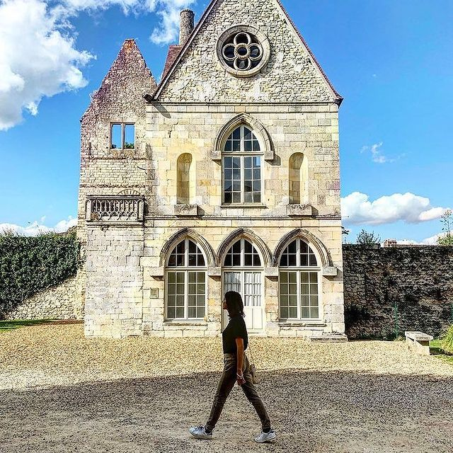 Profitez d'un séjour au Château Hôtel Mont Royal pour découvrir la charmante ville médiévale de Senlis. • Take advantage of a break at the Château Hôtel Mont Royal to discover the charming medieval town of Senlis.   📷 @elinparis  #TiaraHotels #CareWhereYouStay #OiseTourisme #Chantilly #MontRoyalChantilly #LuxuryHotel