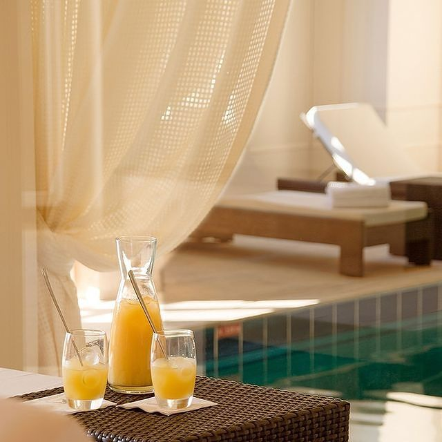 Envie d'instants cocooning ? Encore un peu de patience avant de retrouver notre piscine chauffée à 29 °C • Would you like a little cocooning? A little more patience before finding our swimming pool heated to 29 °C.  #TiaraHotels #CareWhereYouStay #OiseTourisme #Chantilly #MontRoyalChantilly #LuxuryHotel #SwimmingPoolGoals #WellBeing