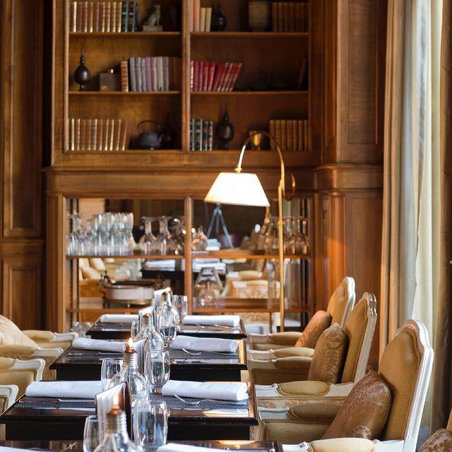 L'atmosphère cosy et feutrée du 𝑺𝒕𝒓𝒂𝒅𝒊𝒗𝒂𝒓𝒊𝒖𝒔 en font le lieu idéal pour un déjeuner confidentiel. En attendant sa réouverture, dites-nous avec qui vous aimeriez partager un instant gourmand dans notre Bar-Restaurant ? • The cozy, hushed surroundings of the 𝑺𝒕𝒓𝒂𝒅𝒊𝒗𝒂𝒓𝒊𝒖𝒔 mean it's the ideal place for a private lunch. While waiting for our Bar-Restaurant to reopen, tell us who you'd like to share a gourmet experience with there.  #MontRoyalChantilly #SmallLuxuryHotels #TiaraHotels #OiseTourisme #Chantilly #InstaGourmet #Foodies