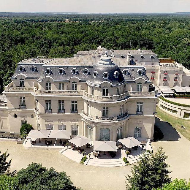 Lové au cœur d'une nature verdoyante, le 𝑴𝒐𝒏𝒕 𝑹𝒐𝒚𝒂𝒍 𝑪𝒉𝒂𝒏𝒕𝒊𝒍𝒍𝒚 offre dépaysement, détente et bien-être à ses hôtes. En savoir plus via le lien en bio. • Surrounded by lush greenery, 𝑴𝒐𝒏𝒕 𝑹𝒐𝒚𝒂𝒍 𝑪𝒉𝒂𝒏𝒕𝒊𝒍𝒍𝒚 offers guests a complete change of scenery, relaxation and well-being. Follow our link in bio to find out more.   #MontRoyalChantilly #SmallLuxuryHotels #TiaraHotels #OiseTourisme #Chantilly #HautsDeFrance #EspritHautsDeFrance #NordFrance #IgersFrance #DreamingOfTravel #UniquePlaces #PostcardsFromtheworld #GoExplore #WonderfulPlaces #TravelBug #Wanderlust #TravelStories #RoamThePlanet #TravelNomad