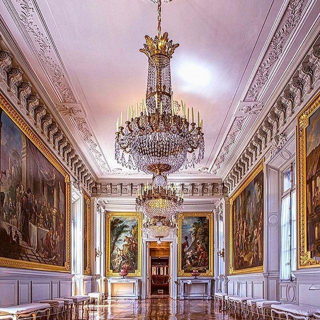 Les trésors culturels de l'Oise s'étendent jusqu'au 𝑪𝒉𝒂̂𝒕𝒆𝒂𝒖 𝒅𝒆 𝑪𝒐𝒎𝒑𝒊𝒆̀𝒈𝒏𝒆, où l'on apprécie les peintures de Charles-Joseph Natoire (1700-1777) sur le thème de Don Quichotte, qui ornent la galerie du même nom. • The cultural treasures of the Oise extend as far as 𝑪𝒉𝒂̂𝒕𝒆𝒂𝒖 𝒅𝒆 𝑪𝒐𝒎𝒑𝒊𝒆̀𝒈𝒏𝒆, where you can appreciate the paintings of Charles-Joseph Natoire (1700-1777), on the theme of Don Quixote, which adorn the gallery of the same name.  📷 @juans83   #MontRoyalChantilly #SmallLuxuryHotels #TiaraHotels #OiseTourisme #Chantilly #PartezEnFrance #HautsDeFrance #IgersFrance #NordFrance #HDF #BeautifulDestinations #SecretEscapes #Patrimoine #France #Histoire #PatrimoineFrancais #Culture #Heritage #Castle #History #HistoireDeFrance
