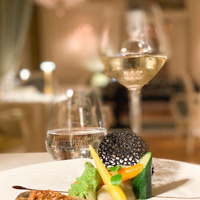Le répertoire gourmand de notre Chef Benoist Rambaud vous réserve de savoureux moments sous le feu des lustres de notre restaurant gastronomique L'Opéra !   Réservations au +33 (0)3 44 54 50 50.   ——  The gourmet repertoire of our Chef Benoist Rambaud will provide you with delicious moments under the chandeliers of the gastronomic restaurant L'Opéra!   Book your table by phone at +33 (0)3 44 54 50 50.   📸 @marine_sja   #MontRoyalChantilly #SmallLuxuryHotels #TiaraHotels #OiseTourisme #Chantilly #HautsDeFrance #EspritHautsDeFrance #NordFrance #IgersFrance #DreamingOfTravel #UniquePlaces #PostcardsFromtheworld #GoExplore #WonderfulPlaces #TravelBug #Wanderlust #TravelStories #RoamThePlanet #TravelNomad