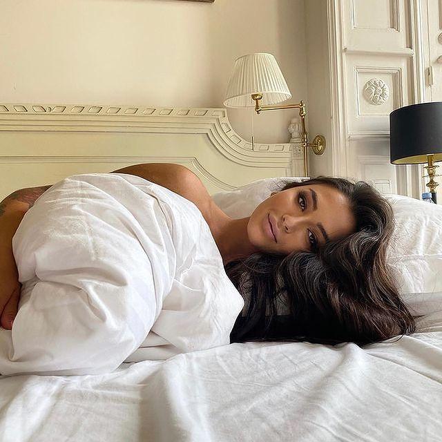Réveil en douceur dans l'une de nos chambres royales pour @lauravongallucci !  ——  A gentle wake-up in one of our royal rooms for @lauravongallucci!  #MontRoyalChantilly #TiaraHotels #Chantilly #HautsdeFrance #BeautifulDestination #Hautsdefrancetourisme #EspritHautdeFrance #ChateauHotel #SmallLuxuryHotels #TravelFrance #LuxuryTrip #FranceTourisme #VacancesEnFrance #HotelRoom #GoodMorning #WakeUp #MorningMotivation #ChillInBed #StayInBed #BelleJournee #WakeUpCall