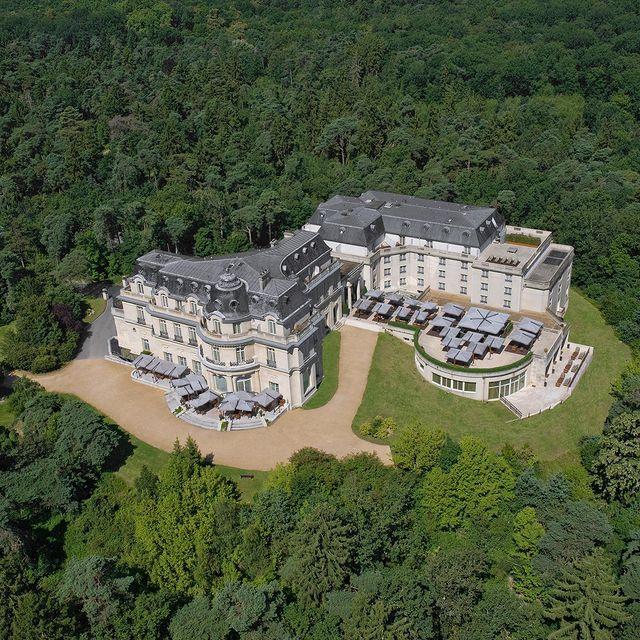 Qu'avez-vous prévu de votre semaine ?  Le Mont Royal Chantilly vous invite à une halte délassante dans son cocon de verdure.  Réservez votre séjour via le lien en bio !  ——  What have you planned for your week?  Mont Royal Chantilly invites you to enjoy a relaxing stopover in a cocoon of greenery.  Book your stay via the link in our bio!  #MontRoyalChantilly #TiaraHotels #Chantilly #HautsdeFrance #BeautifulDestination #Hautsdefrancetourisme #EspritHautdeFrance #ChateauHotel #SmallLuxuryHotels #TravelFrance #LuxuryTrip #FranceTourisme #VacancesEnFrance #VisitChantilly #Architecture #Patrimoine #Chantillytourisme #PatrimoineCulturel #ChateauRoyal #VisiteLaFrance