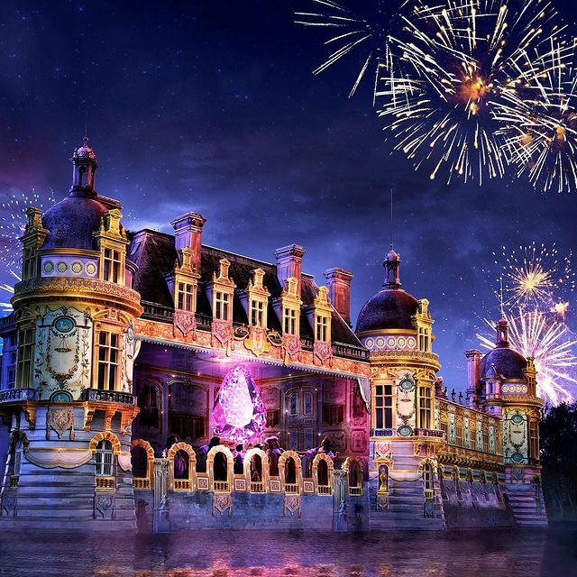 """""""Le Rocher des Trésors"""", un impressionnant spectacle son & lumière retraçant les 350 ans d'histoire du Château de Chantilly qui se tiendra du 17 au 20 septembre 2021.  Emotion et émerveillement garantis !  ——  """"Le Rocher des Trésors"""", an impressive sound and light show retracing the 350 years of history of the Château de Chantilly which will take place from 17 to 20 September 2021.  Emotion and wonder guaranteed!  #MontRoyalChantilly #TiaraHotels #Bellefrance #FranceTourisme #Chantilly #VisitChantilly #Architecture #Patrimoine #Chantillytourisme #castleview #castlesofinstagram #sontlumiere #spectacle #illuminations #capturedmoments"""