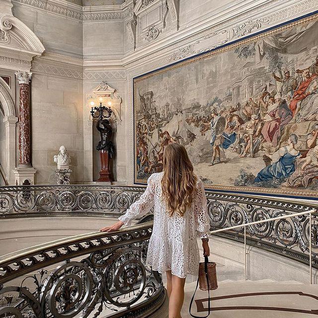 Tout comme @lamour.olya, plongez dans l'histoire des princes de Condé à l'occasion d'une visite du Château de Chantilly, œuvre du prince collectionneur Henri d'Orléans, duc d'Aumale.   ——  Like @lamour.olya, immerse yourself in the history of the Princes of Condé during a visit to the Château de Chantilly, built by the collector-prince Henri d'Orléans, Duke of Aumale.   #MontRoyalChantilly #TiaraHotels #Chantilly #VisitChantilly #Chantillytourisme #hautsdefrancetourisme #magnifiquefrance #chateaudechantilly #Architecture #TravelMoments #historicalplace #histoiredefrance #chateaudefrance #frenchcastle #secretsdhistoire #patrimoinefrancais