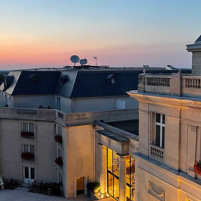 Attendre le crépuscule, une coupe de @champagnebaronsderothschild à la main...   Rendez-vous ce soir au Sunset Bar !   ——  Waiting for sunset, a glass of @ChampagneBaronsDeRothschild in your hand...   We'll see you this evening in the Sunset Bar!   #MontRoyalChantilly #TiaraHotels #Chantilly #SmallLuxuryHotels #BaronsDeRothschild #SunsetLovers #SunsetPhotography #ChampagneBar #champagnemoments #Picoftheday #WinePairing #couchedesoleil #sunset_pics