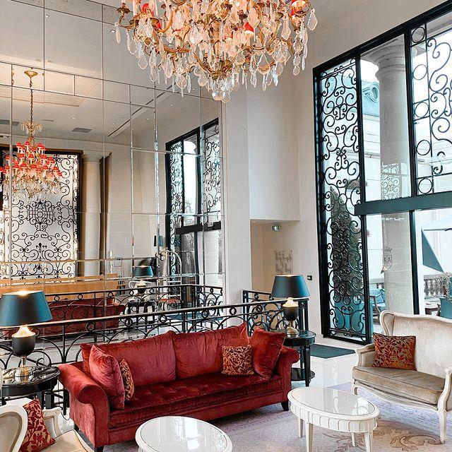 """""""Super séjour dans ce magnifique hôtel. L'accueil y est chaleureux. La piscine est magnifique, tout comme les chambres. Nous avons dîné au restaurant et nous nous sommes régalés. Séjour parfait en amoureux. Nous reviendrons avec plaisir !""""   Nous remercions @ascl pour son commentaire sur TripAdvisor.   ——  """"Fantastic stay in this wonderful hotel. Very welcoming. The pool is magnificent, as are the rooms. We dined in the restaurant and indulged ourselves. Perfect stay for a couple. We'll come back with pleasure!""""   Thank you very much @ascl for their comment on TripAdvisor.   📷 @marine_sja   #MontRoyalChantilly #TiaraHotels #Chantilly #VisitChantilly #hautsdefrancetourisme #lesfrancaisvoyagent #SmallLuxuryHotels #daydreaming #hotelexperience #interiordesign #fivestarhotel #hoteldesign #hotelblogger #discoverhotels #travelgram #sejour #tasteinhotels #TakeMeThere #BeautifulDestinations"""