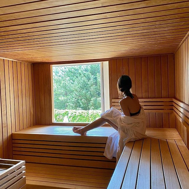 Notre sauna : la promesse d'instants relaxants à contempler la forêt, auxquels se succèdent massages et soins dispensés par nos équipes du spa, pour un séjour placé sous le signe du bien-être.   ——  Our sauna: the promise of complete relaxation while watching the forest, along with a massage and personal care from our spa personnel, for a stay under the star sign of happiness.   📷 @yu.moi   #MontRoyalChantilly #TiaraHotels #Chantilly #SmallLuxuryHotels #TravelMoments #SpaRetreat #SpaDay #PamperSession #SpaTreatment #SpaDreams #RelaxGoals #WellNest #relaxation #detente #bienetre #goodtimes #momentdetente #sauna #destress #relaxandenjoy #lavieestbelle #collectmoments