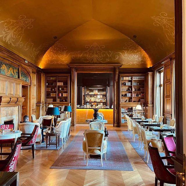 Ambiance intime et chaleureuse, le Stradivarius vous invite à voyager dans une autre époque l'espace de quelques instants...   ——  With its warm and intimate atmosphere, the Stradivarius invites you to travel back in time for a few moments...  📷 @viktoriadalloz   #MontRoyalChantilly #TiaraHotels #Chantilly #hautsdefrancetourisme #Chantillytourisme #TravelMoments #RestaurantDetail #LuxuryRestaurant #Storyofmytable