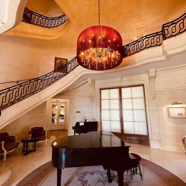 Un décor féerique sublimé par quelques notes... Pianistes confirmés ou amateurs de musique, il est temps d'exploiter vos talents ! Réservez votre séjour via le lien en bio.  ——  A magical setting elevated to new heights thanks to a few choice notes... Whether you're an experienced pianist or a lover of fine music, it's time to make the most of your talent! Book your stay via the link in our bio.   📷 @viktoriadalloz  #MontRoyalChantilly #TiaraHotels #Chantilly #SmallLuxuryHotels #Chantillytourisme #TravelMoments #Piano #decorationinterieur #instadecor #hotelblogger #discoverhotels #travelgram #designhotel