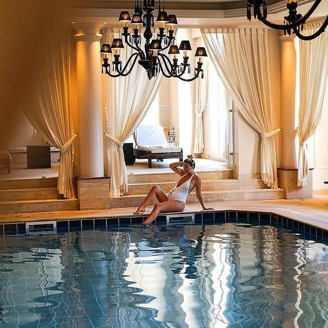 Détente, évasion et lâcher prise... Le spa du Mont Royal Chantilly est un lieu convoité, et tout particulièrement par les futures mamans. N'est-ce pas @viktoriadalloz ?  ——  Relax, escape and let go of it all... The spa at Mont Royal Chantilly is much sought-after, especially by expectant mothers. Isn't that right, @viktoriadalloz?   #MontRoyalChantilly #TiaraHotels #Chantilly #SmallLuxuryHotels #Travelandleisure #Dreamylittleplaces#SpaRetreat #SpaDay #PamperSession #relaxation #detente #bienetre #momentdetente #seressourcer