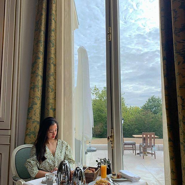 En tête a tête avec la nature, profitez de quelques douceurs et gourmandises lors d'un petit déjeuner royal !  ——  Savor some sweet treats and delicacies during a royal breakfast as you enjoy a tête-à-tête with nature!   📷 @jiajia_d   #MontRoyalChantilly #TiaraHotels #Chantilly #francetourisme #SmallLuxuryHotels #wonderfulplaces #beautifultravel #BreakfastGoals #MorningRoutine #MorningGoals #MyBreakfast #SweetBreakfast #WokeUpLikeThis #MatinBonheur