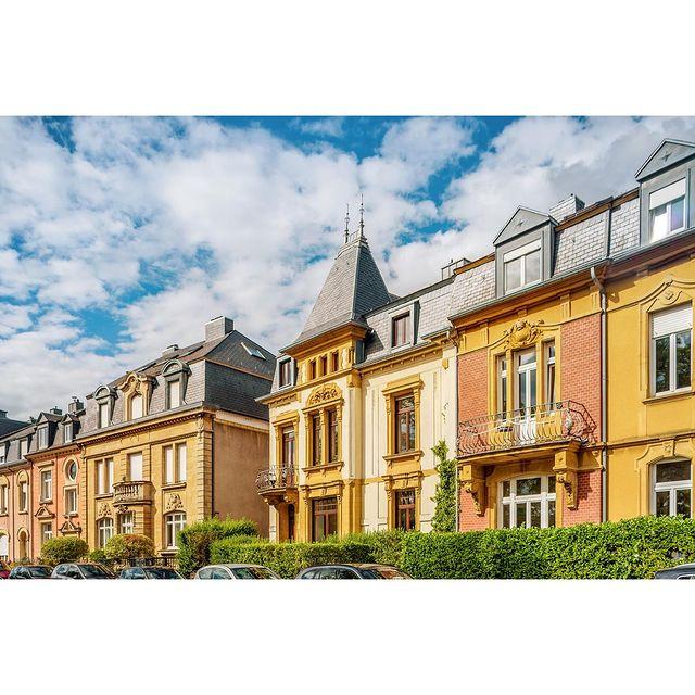 Travel w/Neudorf House  Nous partons aujourd'hui à la découverte du Luxembourg et de ses trésors.  Bienvenue au Boulevard de la Pétrusse, lieu phare de l'architecture luxembourgeoise , où vous pouvez apercevoir ici les demeures anciennes qui ont conservées tout leur cachet.  Profitez d'une promenade sur le pont Adolfe, vestige du début du XXe siècle, visitez ensuite les anciennes fortifications de la ville et ressourcez-vous dans les nombreux bars et restaurants de la Ville-Haute. . . . . . @immophoto.lu  #discoveringluxembourg #luxembourg #myluxembourg #visitluxembourg #travel #roadtrip #tourism #hotel #apparthotel #neudorfhouse #luxembourgcity