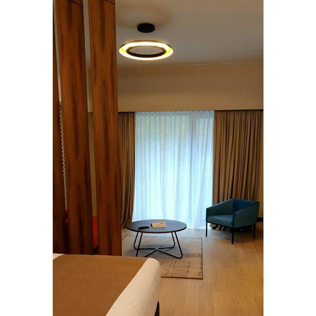 C'est le week-end, prenez le temps de vous ressourcer avec un bon livre et installez-vous confortablement dans l'un des fauteuils choisi par l'architecte @dorga_david_burles  . . . . . #neudorfhouse #luxembourg #design #architecte #contemporain #decoration #apparthotel #residence #location #immobilier