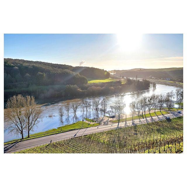 Travel w/Neudorf House  Ehnen, commune atypique au bord de la Moselle, se distingue de part son centre médiéval et ses divers domaines viticoles.  Joyau pittoresque du Luxembourg, profitez de nombreuses promenades pédestres et historiques. Découvrez ainsi ses maisons et leur bâtisseurs qui témoignent des liens internationaux noués au fil du temps.  Réservez dès à présent votre appartement sur www.neudorfhouse.com.  Contact : info@neudorfhouse.com / +352 27 40 34 40 . . . . . @immophoto.lu  #neudorfhouse #appartement #luxembourg #travel #myluxembourg #visitluxembourg #welovetotravel #immobilier #location #ehnen #moselle