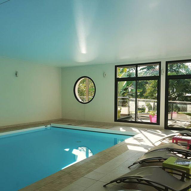 Météo   13° - 29°  Un weekend qui s'annonce beau et chaud ! Heureusement, la piscine est la pour vous rafraîchir et vous détendre !  #residence #loireatlantique #zenmoment #spa #aout #bienêtre #nantes #instaday #garden #sun #calme #piscine #jardin #été #swimmingpool #détente #summer #studios #villas #appartements ©Resid'spa