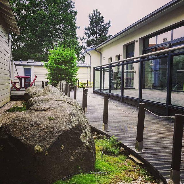 Météo | 12°  Petite pause détente entre les éclaircies... #residence #loireatlantique #zenmoment #spa  #bienêtre #nantes #instaday #garden #sun #calm #piscine #jardin #swimmingpool #détente  #studios #villas #appartements ©Resid'spa