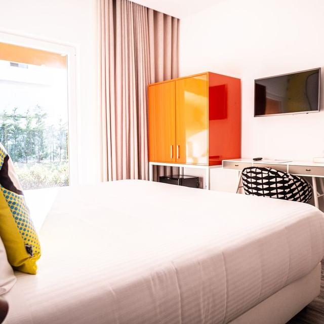 Qual o seu principal requisito para ficar num hotel? Para a maioria dos nossos hospedes, o conforto está em primeiro lugar. Por isso temos camas e lençóis de alta qualidade.Venha descobrir o prazer de dormir no conforto de um dos nossos quartos. 😉