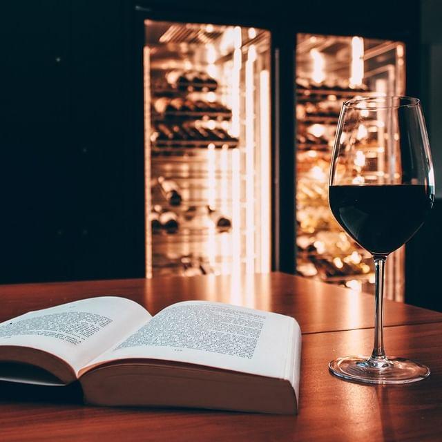 Uma boa leitura combina com um bom vinho. 😊